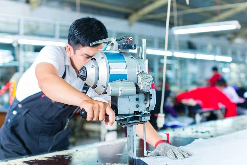 Cắt vải tại xưởng may gia công